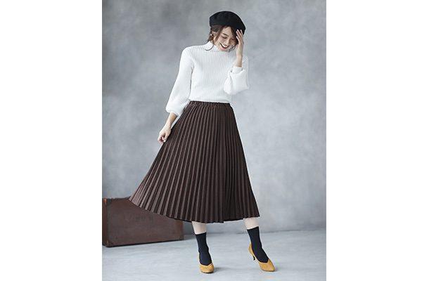 スエードプリーツスカートとマスタードパンプスで大人の白ニットコーデ