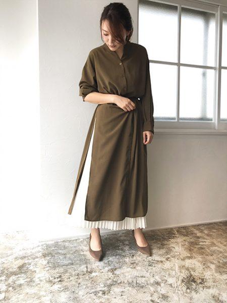 シャツワンピ×プリーツスカートのきれいめレイヤードコーデはアースカラーで大人ムードに