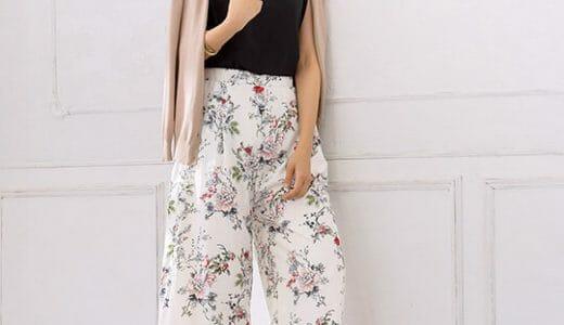カジュアルになりがちな旬の花柄パンツはモノトーンで合わせて大人上品コーデに♡