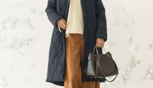 ネイビーの冬コート×白ニット×ワイドパンツでトレンド感をおさえた大人カジュアルコーデ