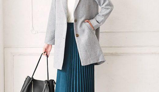 冬の華やかカラーのプリーツスカート×チェスターコート×白ニットで大人のフェミニンスタイル