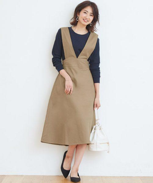 ベージュジャンパースカートにはネイビーを合わせてカジュアルさをセーブ