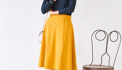 ビビッドカラーのフレアスカートはネイビーのトップスで大人っぽく着こなすのがコツ!