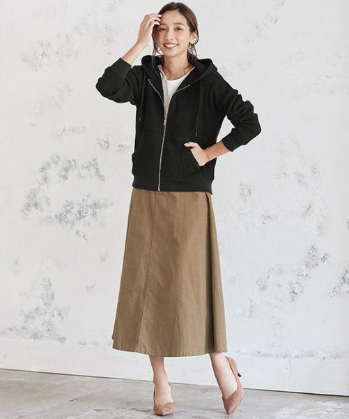 黒パーカー×ベージュスカートで落ち着き感のあるカジュアルコーデに