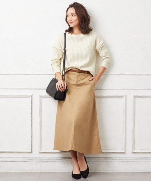 白ニット×ベージュフレアスカートでシンプルなのにリュクスな印象