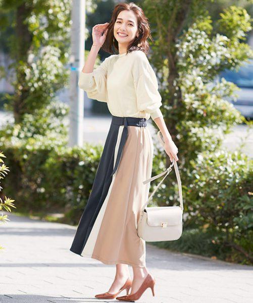 ベージュ切り替えスカートは白カットソーでフェミニンモードに