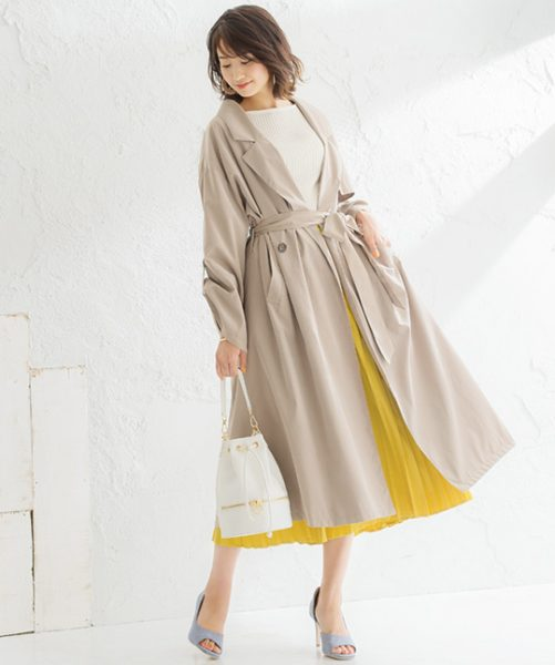 ベージュトレンチ×イエロースカートで爽やかさを意識した春コーデに
