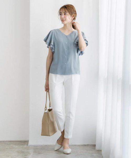 スモークブルー×白が清潔感あふれる大人フェミニンな着こなしに