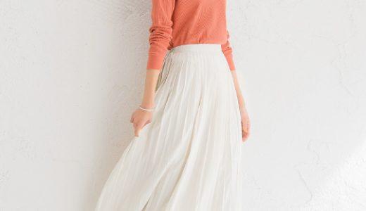 カラートップスとプリーツスカートが春らしい大人のフェミニンカジュアルスタイル