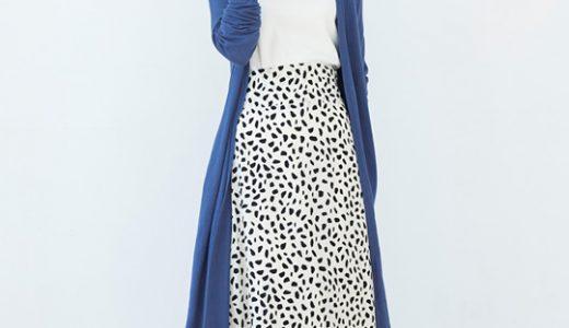 """街で映える""""鮮やかブルー""""は総柄スカートを合わせて気張らない上級者スタイリングに"""