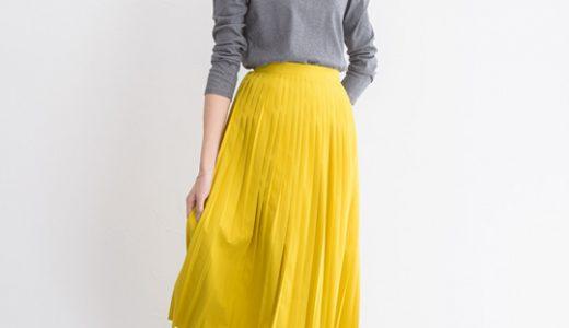 ニットとプリーツスカートのシンプルコーデは鮮やかイエローで垢抜けスタイルに♪