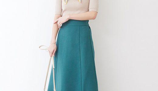 スカーフがコーディネートのアクセントに◎カラースカートで上品な大人スタイル