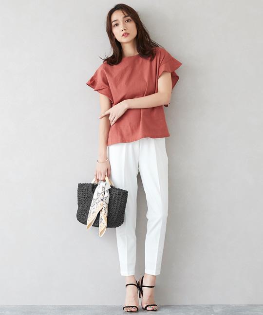 綿麻ブラウス×白パンツで着心地も見た目も清涼感のある着こなしに