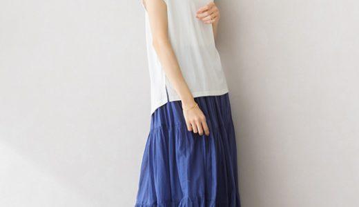 ティアードスカートがふんわり女性らしい、大人のカラースカートスタイル