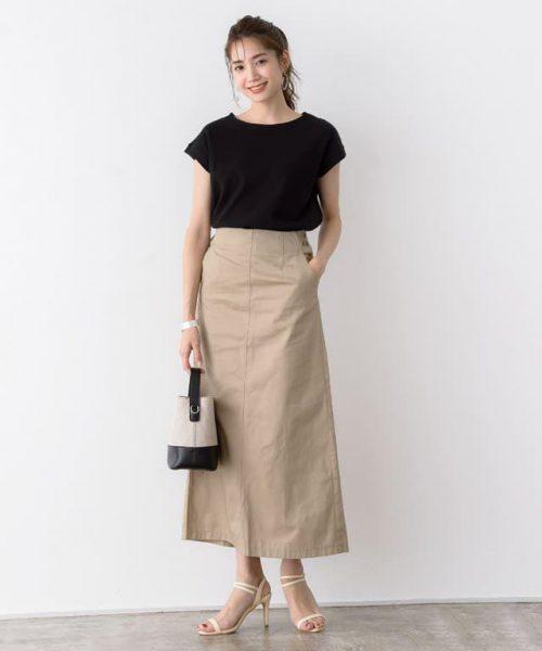 広がりすぎずタイトすぎないチノスカートなら足さばきも◎
