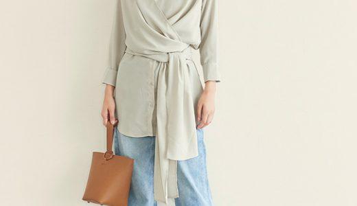 カシュクールデザインが旬な装いへ、トレンド感漂う大人カジュアルスタイル