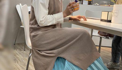 春カラースカートをチラ見せさせるニットベストスタイル