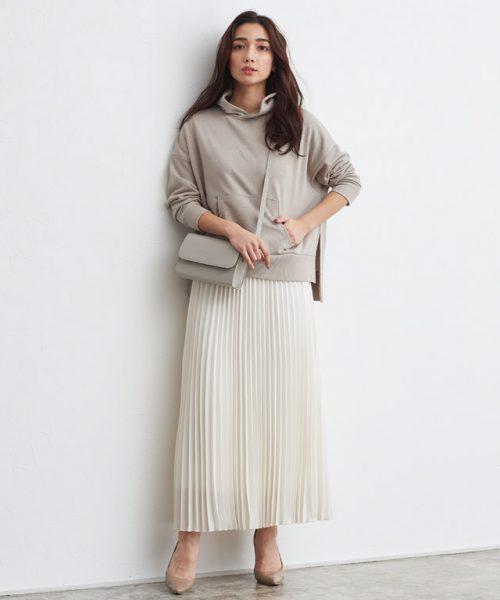 プリーツスカートがフェミニンさ漂う洗練ワントーンコーデ