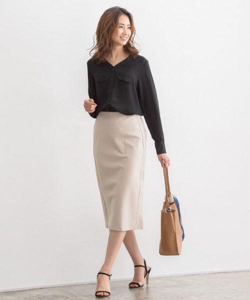 Vネックブラウス×タイトスカートで頼れる印象のオフィスコーデ