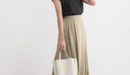 肌馴染みの良いベージュスカートは黒Tシャツで大人っぽくシックに着こなす♪