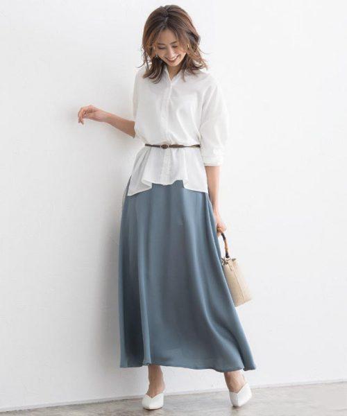 サテンスカート×白ブラウスでリュクスな雰囲気に仕上げて