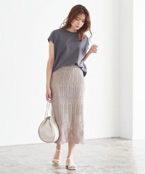 透かし編みスカート×Tシャツで洒落た大人の休日スタイルに