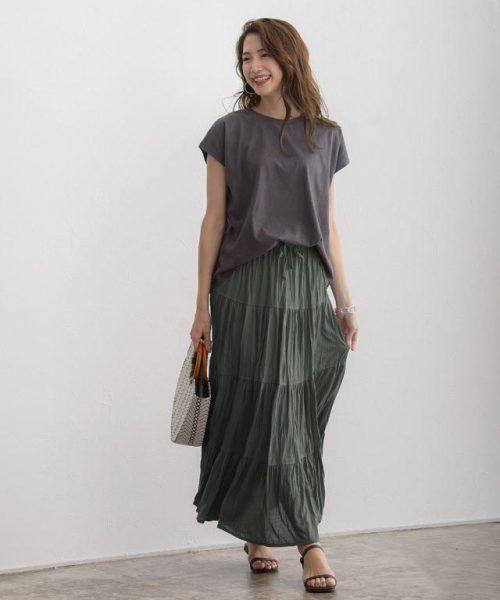ティアードスカート×Tシャツはアースカラーで大人リラクシーに仕上げて
