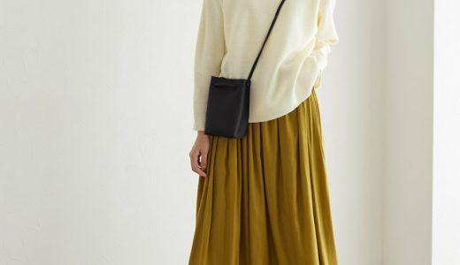 からし色スカート×白ニットで女っぽ冬ルック