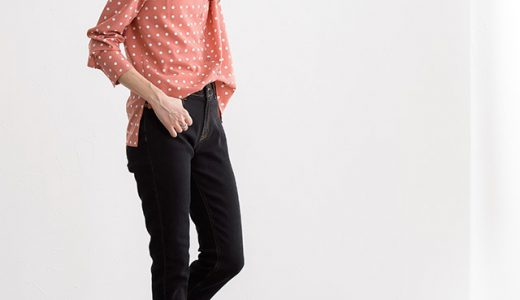 レトロ感のある水玉シャツが主役の、大人可愛いパンツルックコーデ。