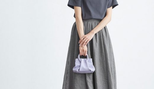 ロゴTシャツ×フレアスカートは、チャコールで全体の色味をまとめて大人顔に!
