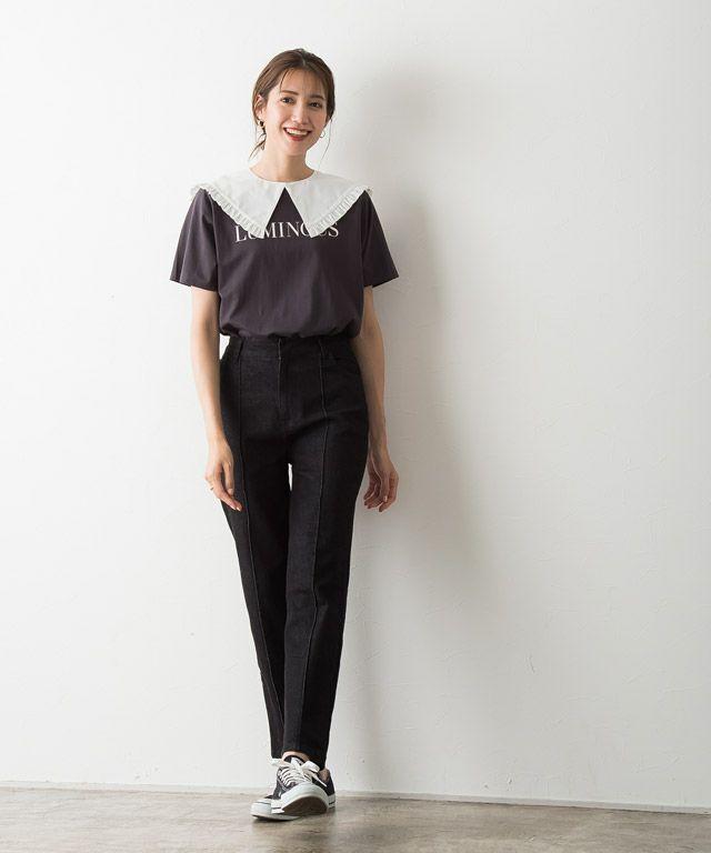 シンプルなロゴTシャツも簡単に旬なスタイリングに◎
