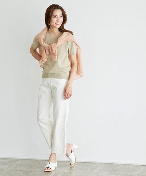 使い勝手が良いシアーシャツは、肩掛けにしてコーデのアクセントにも◎