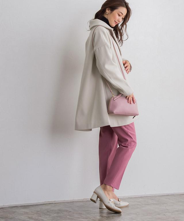 Aラインシルエットのショートコートは、ピンクのパンツが映えて女性らしさが増すアイボリーをチョイス♡